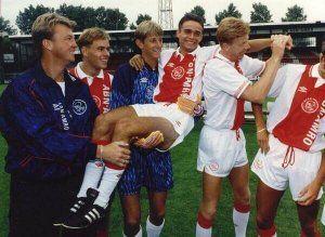 Van Gaal con sus jugadores en un entrenamiento del Ajax