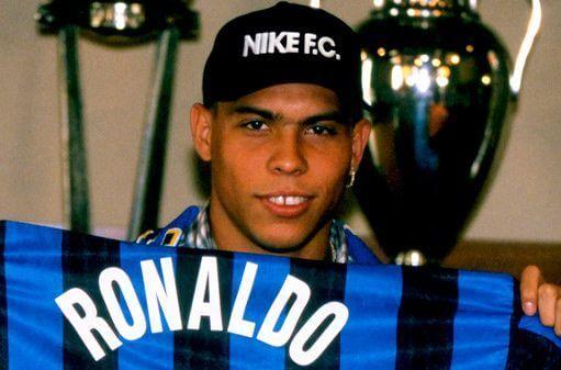 Ronaldo posa con la camiseta del Inter en su presentación (1997)