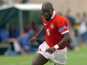 George Weah jugando con Liberia