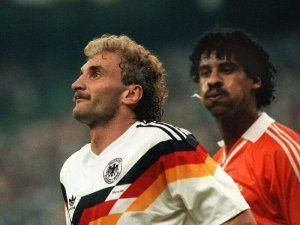 Rijkaard escupe a Voller 1990